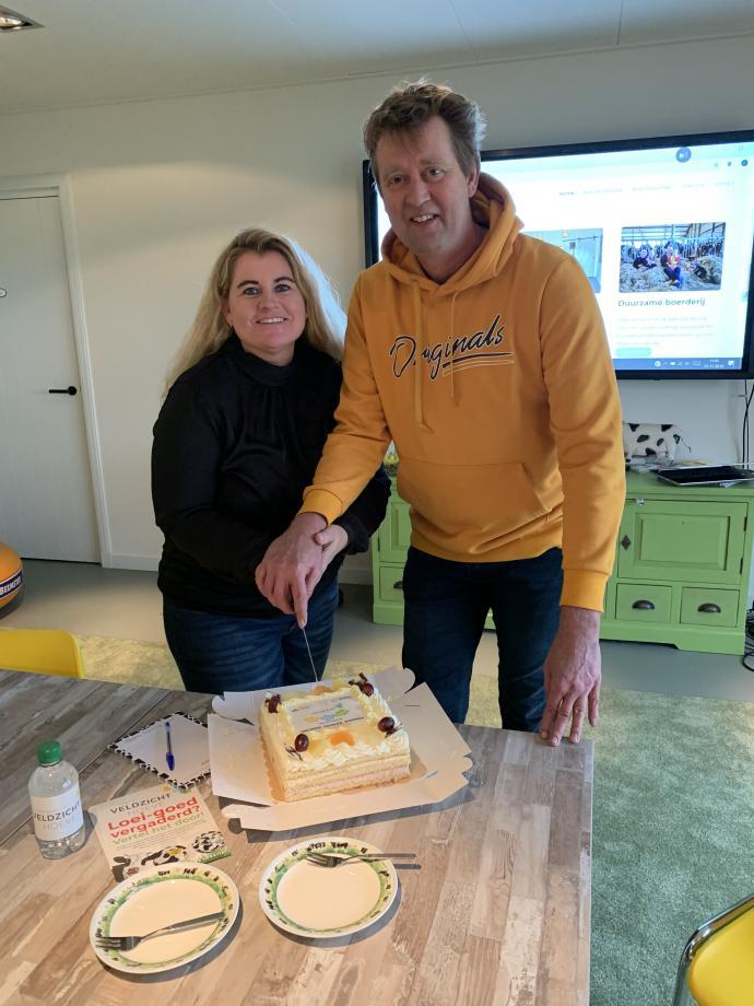 Jan en Constance Veldman snijden de taart aan.