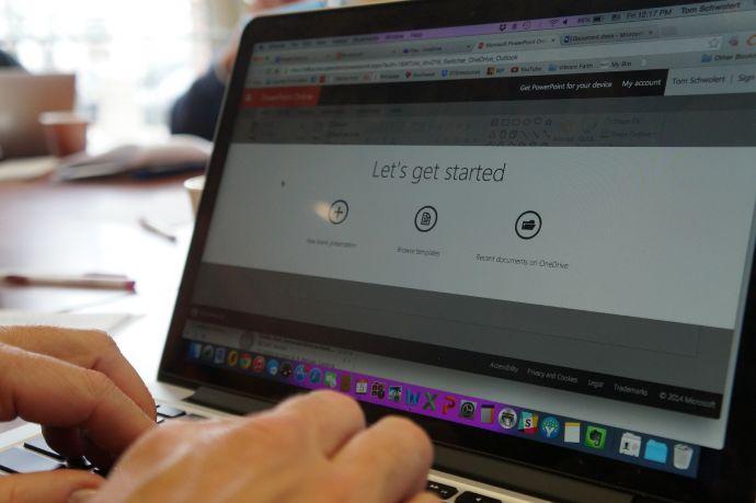 Digitale bijeenkomst vanachter uw laptop.
