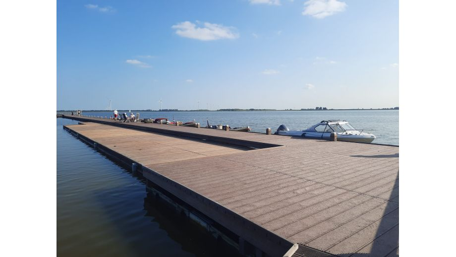 Steiger voor boten bij het Lutjestrand